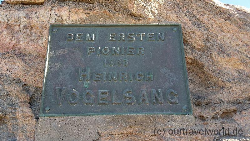 Vogelsang-Gedenkplatte